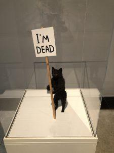 """David Shrigley """"I'm Dead"""" fra 2011 fra udstillingen """"Dyr i kunsten"""" på Arken Kunstmuseum."""